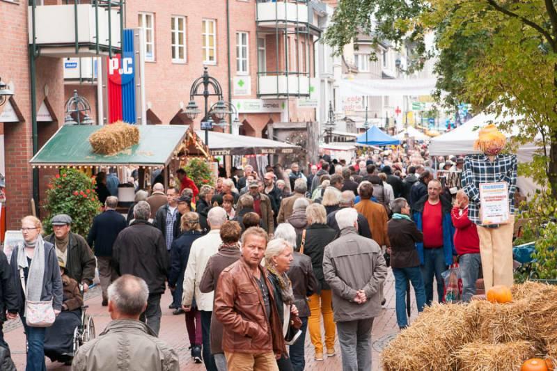 Abendmarkt auf dem Fischerplatz, Internationaler Herbstmarkt in der Fußgängerzone und Erntedankfest auf Burg Wissem Quelle: Stadt Troisdorf