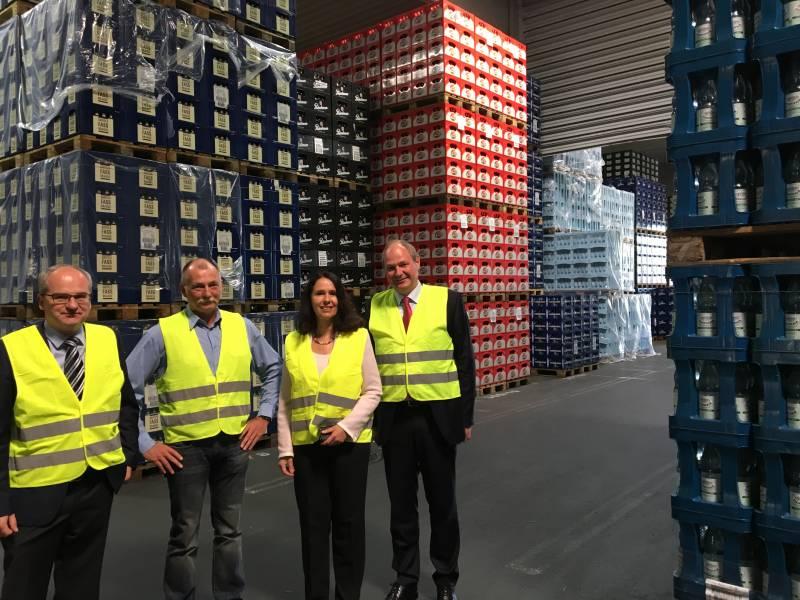 Gute Logistik gegen den Durst und für die Umwelt Die Bundestagsabgeordnete Elisabeth Winkelmeier-Becker hat in Hennef den Getränke-Logistiker WIFA besucht