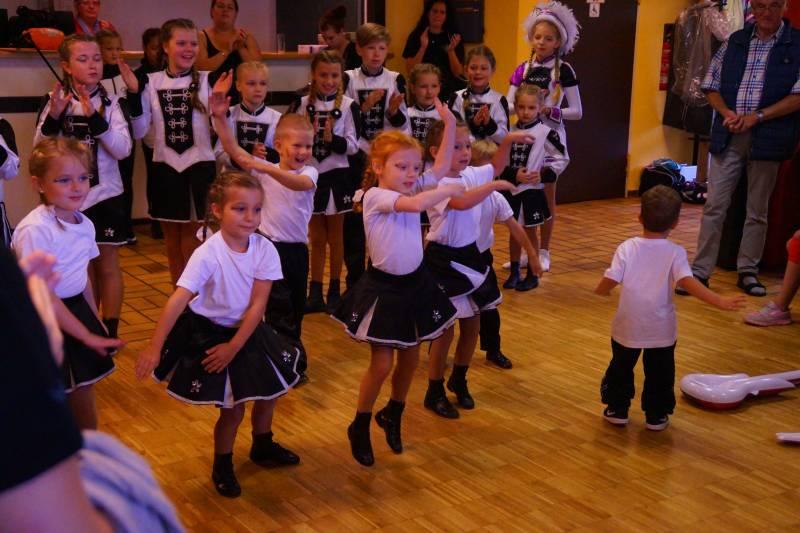 Husaren tanzen für Kinder aus Tschernobyl Quelle: KG Husaren Schwarz-Weiß Siegburg