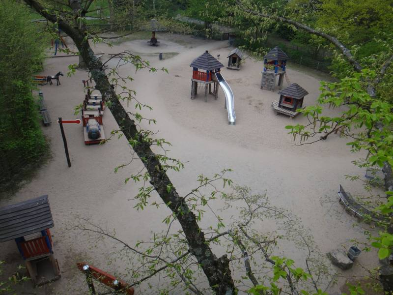 Seilklettergeräte mit Anbaurutsche Spielplatz Bullerbü an der Burg Wissem