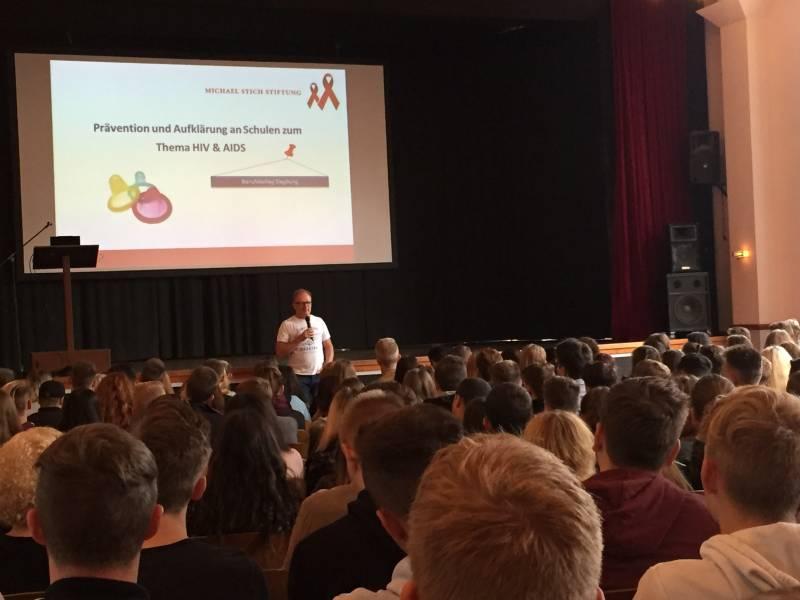 """""""HIV und AIDS geht uns alle was an"""" HIV-Präventionsveranstaltung am Berufskolleg Siegburg"""