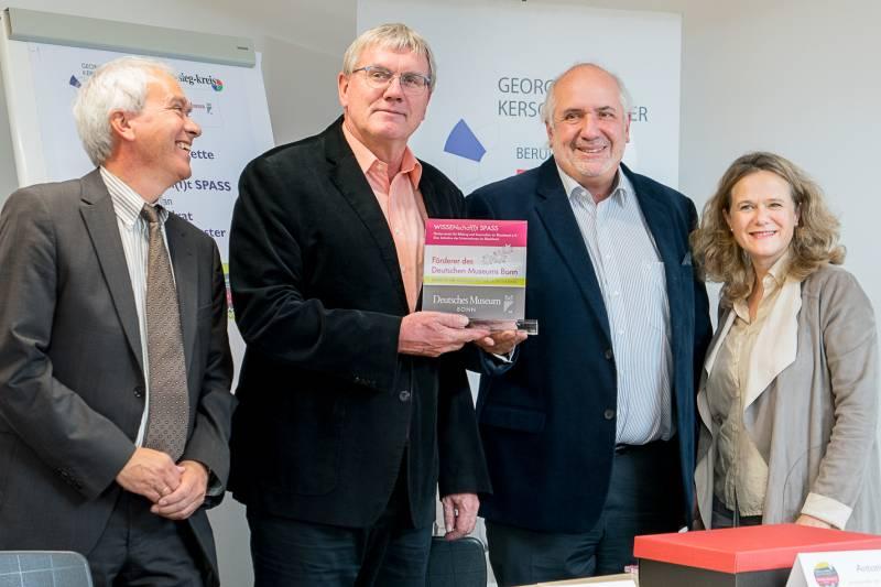 Dank für Unterstützung Landrat Sebastian Schuster erhält Förder-Award