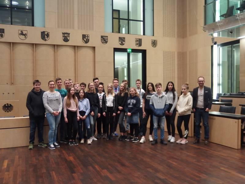 Gesamtschüler in der Rolle von Abgeordneten Schüler der Christlichen Gesamtschule Siegburg beraten Gesetzentwurf im Bundesrat