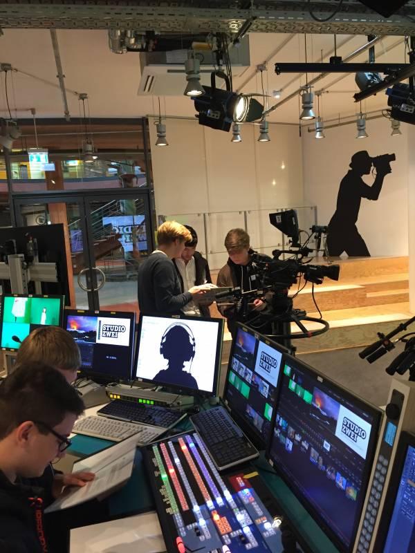 Filmen wie die Profis Die Klasse 10c der Freien Christlichen Gesamtschule Siegburg im Studio Zwei des WDR
