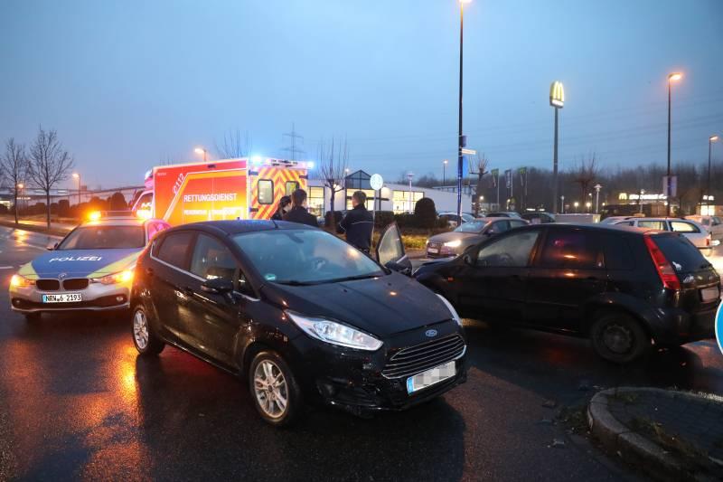 Entgegenkommenden beim Linksabbiegen übersehen Verkehrsunfall in Troisdorf