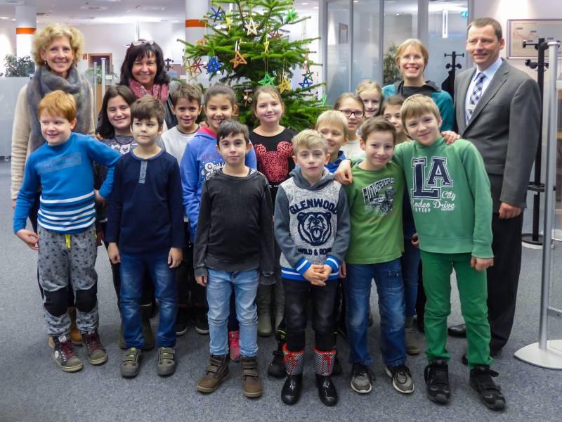 Es weihnachtet in der Sparda-Bank in Siegburg Kinder der Gemeinschaftsgrundschule Siegburg-Stallberg schmückten den Weihnachtsbaum in der Filiale