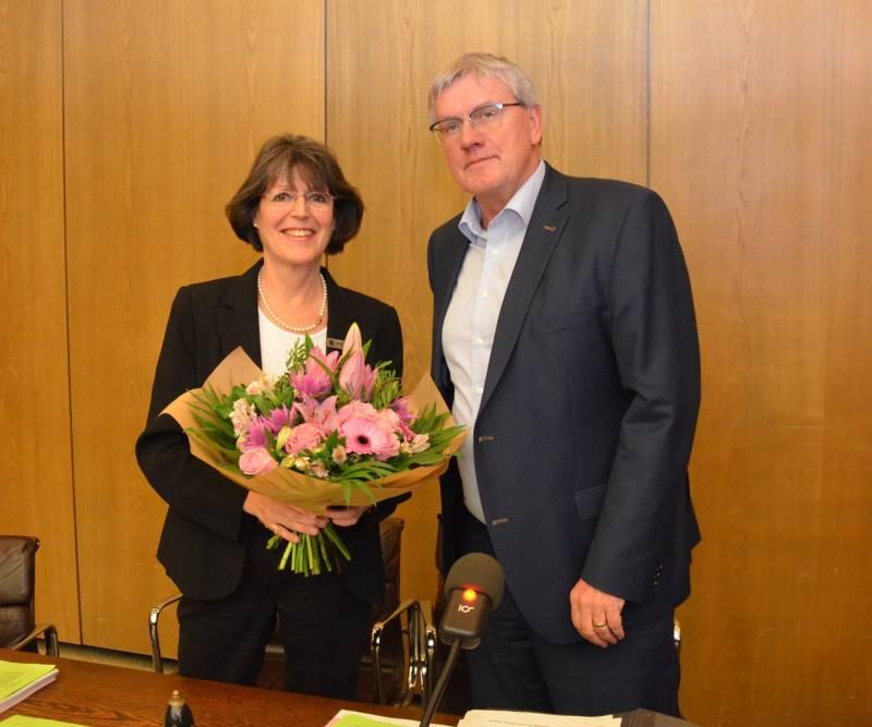 Blumen für Kreisdirektorin Annerose Heinze im Kreistag Quelle: Rhein-Sieg-Kreis