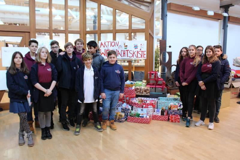 Das Kunstkolleg Hennef unterstützt die Aktion Weihnachtskiste der Hennefer Tafel Die Schüler der 7a überbringen ihre Spendenpakete und helfen beim Verteilen