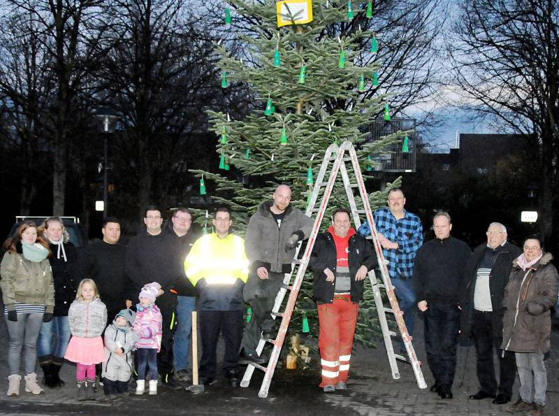Ortsvorsteher stellt Weihnachtsbaum auf Adventszeit auf dem Europaplatz