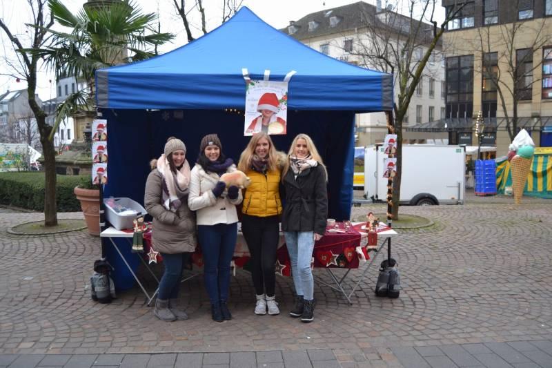 Ein Weihnachtsfest für jeden Schülerinnen des Berufskolleg des Rhein-Sieg-Kreises Siegburg sammeln Spenden und Geschenke für die Kinder auf der Herzstation der Asklepios Kinderklinik in Sankt Augustin
