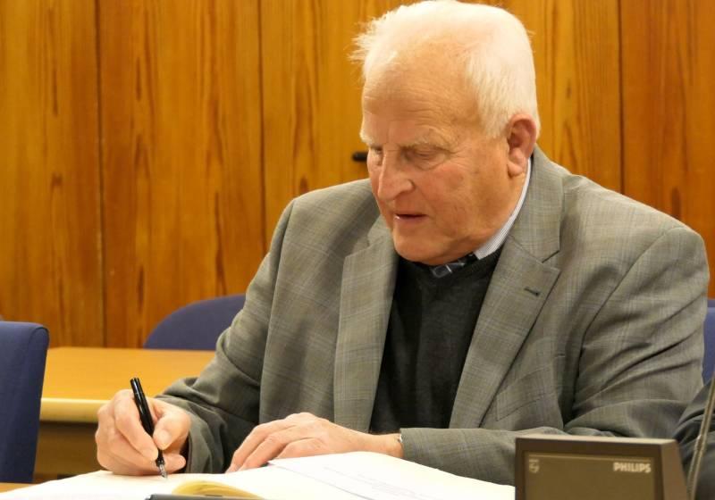 Das Goldene Buch Theo Pilger trägt sich ins Goldene Buch der Stadt Troisdorf ein