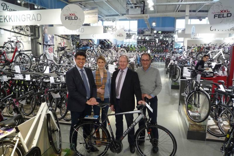 Bürgermeister Klaus Schumacher besucht Fahrrad XXL Feld in Sankt Augustin Quelle: Stadt Sankt Augustin