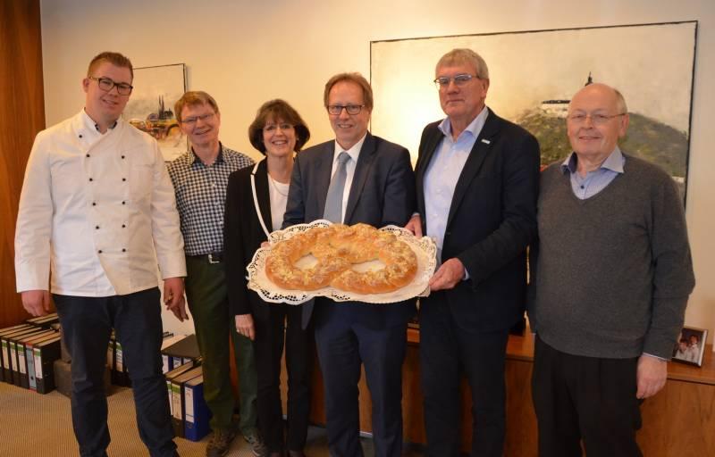 Ein süßer Glücksbringer  Gebacken für Landrat Sebastian Schuster und Kreisdirektorin Annerose Heinze