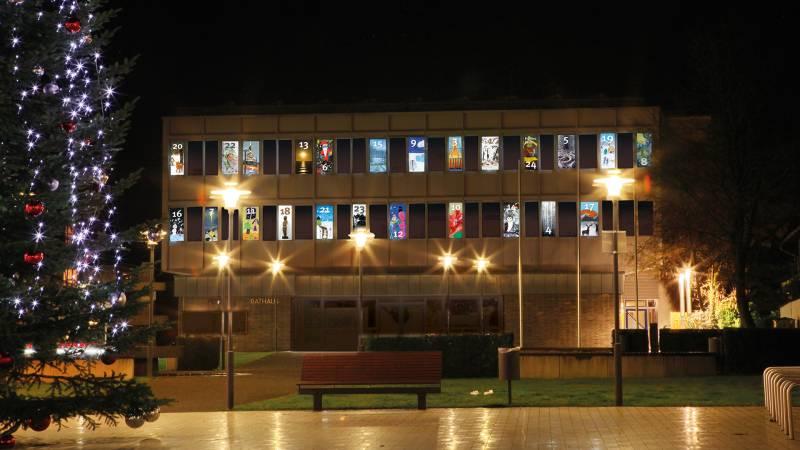 Bürger/-innen können leuchtenden Adventskalender am Rathaus 2019 mitgestalten Quelle: Stadt Lohmar