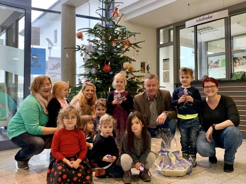 Kinder der Kita Agger Pänz schmücken den Weihnachtsbaum im Stadthaus Quelle: Stadt Lohmar