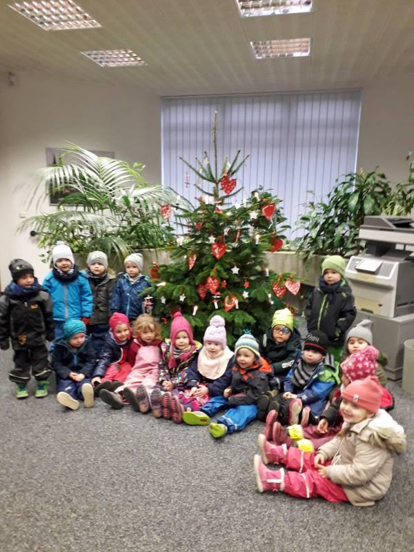 Christbaumschmuck aus Kinderhand –  Kinder schmücken Weihnachtsbaum in der Filiale Merl der Kreissparkasse Köln Quelle: Kreissparkasse Köln