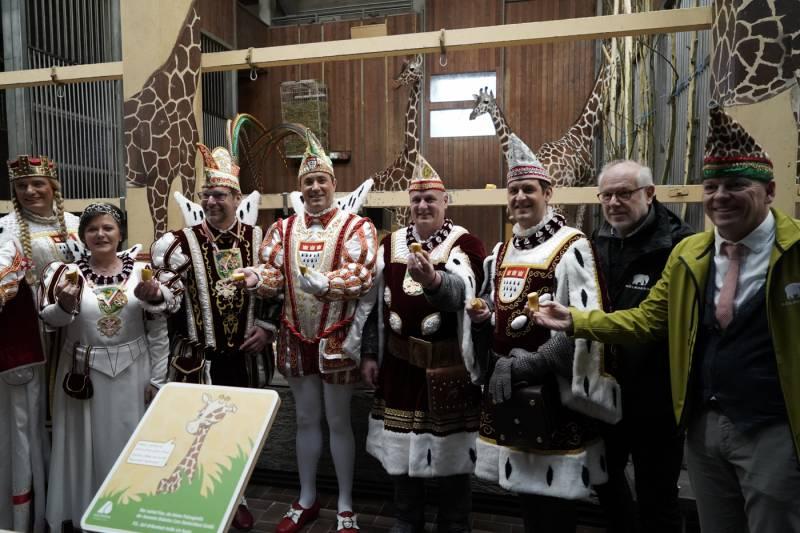 Hoher Besuch bei hohen Tieren: Kölner und Bergisch Gladbacher Dreigestirne bei den Giraffen im Kölner Zoo Quelle: AG Zoologischer Garten Köln