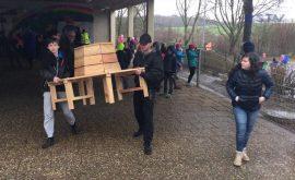 Eine Holzbank für die OGS Regenbogenschule Hennef
