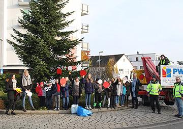 Weihnachtsbaum im Kreisel Wellenstraße geschmückt