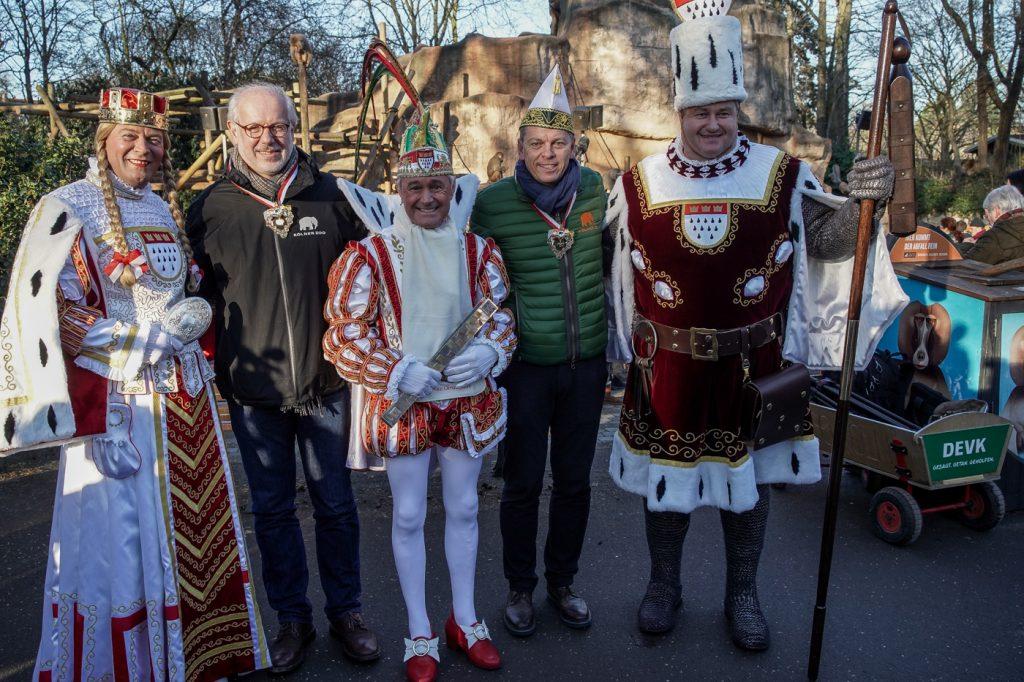 Dreigestirn bei den Pavianen im Kölner Zoo: Das perfekte Wurftraining für den Rosenmontagszug