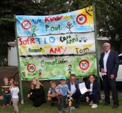 Kinder übergaben Unterschriftenliste an Bürgermeister