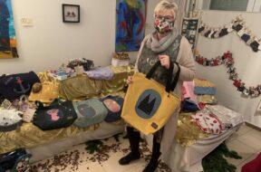 EKKK – Manuela Melz mit Produkten des virtuellen Weihnachtsmarktes