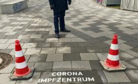 Bürgermeister Max Leitterstorf und der fertige Wegweiser