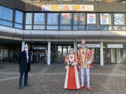 Prinzenpaar und BM vor Rathaus
