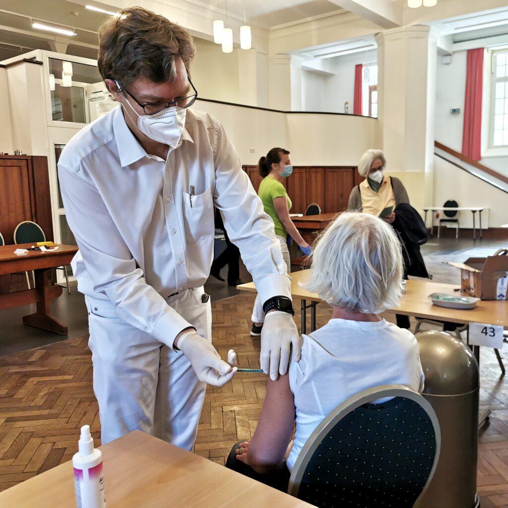 Impftermine mit AstraZeneca Städtische Initiative bringt Impfwillige und Ärtz*innen zusammen