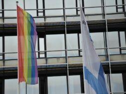 Regenbogenfahne vor dem Kreishaus 1