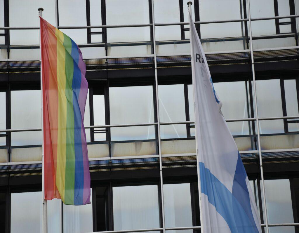 Gegen Diskriminierung und Ausgrenzung: Vor dem Kreishaus weht die Regenbogenfahne